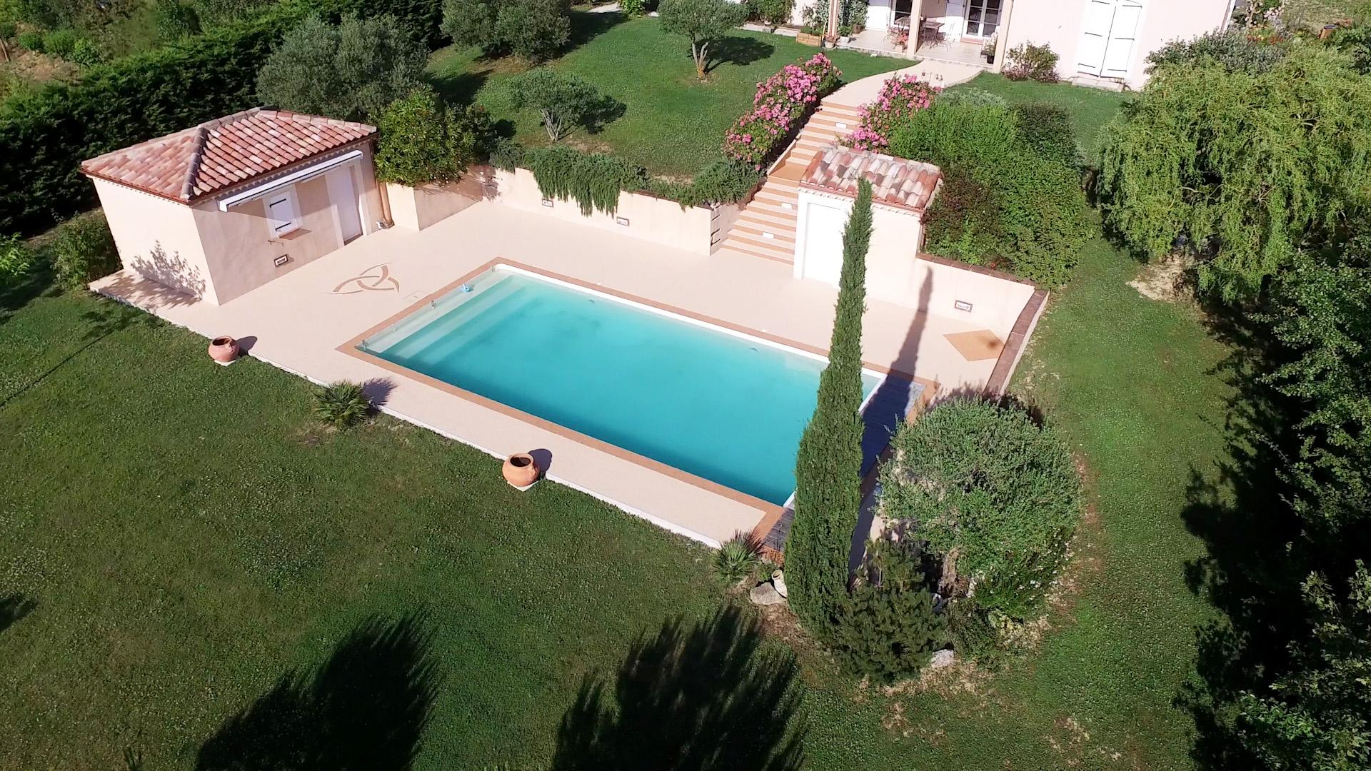 Contour de piscine à Pauilhac