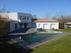 Terrasse et plage piscine Artigues