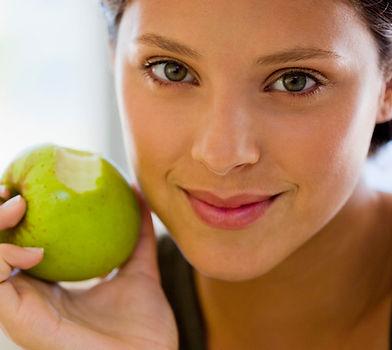 Mädchen essen einen Apfel