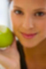 Fille de manger une pomme