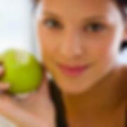 Menina que come um Apple