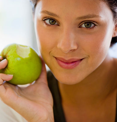 femme-mange-pomme
