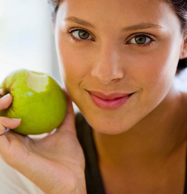 Dziewczynka jedzenia jabłko