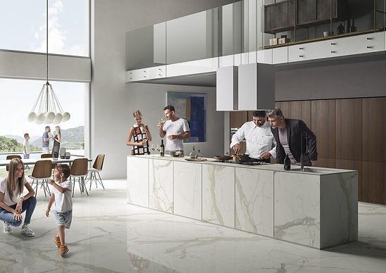 תמונה של אנשים עומדים ושמחים במטבח ספיינסטון