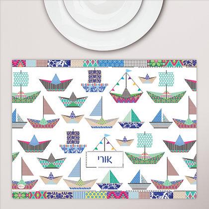 פלייסמט מפיויסי ילדים עם כיתוב לבחירתכם- דגם סירות נייר