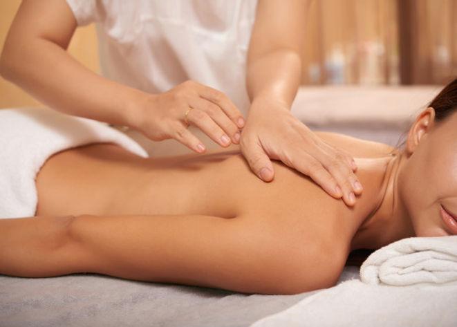 jeune-femme-revenir-massage-dans-spa-sal