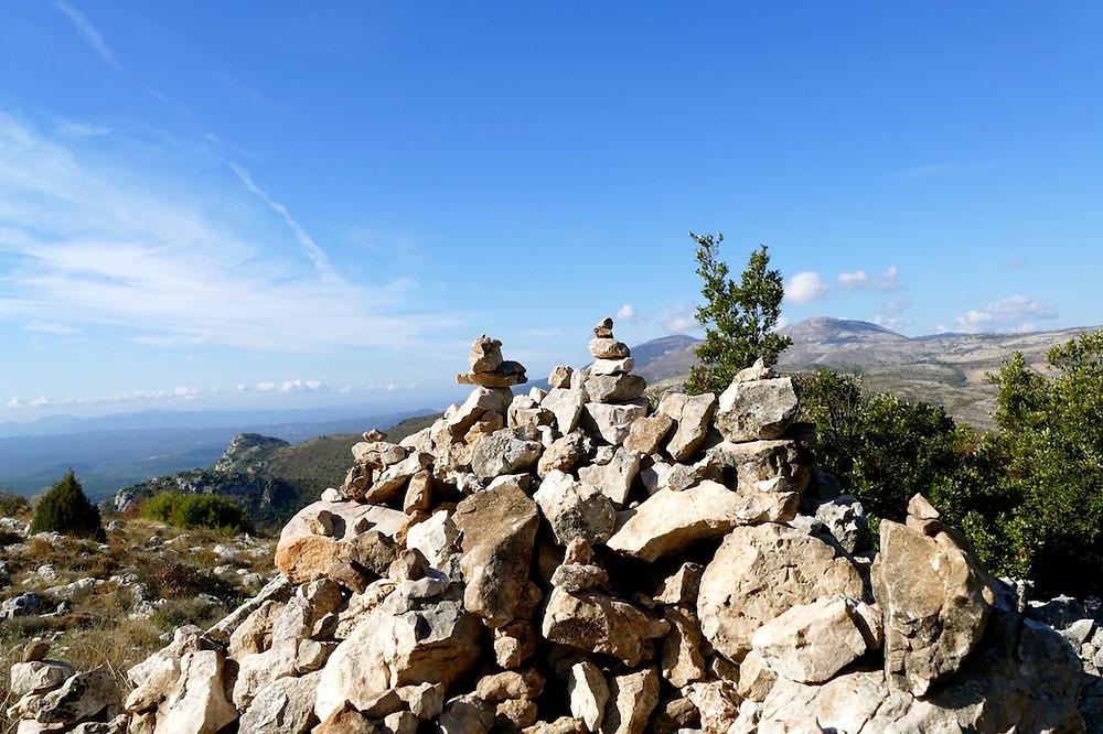 Les cairns au Baou de Saint-jeannet