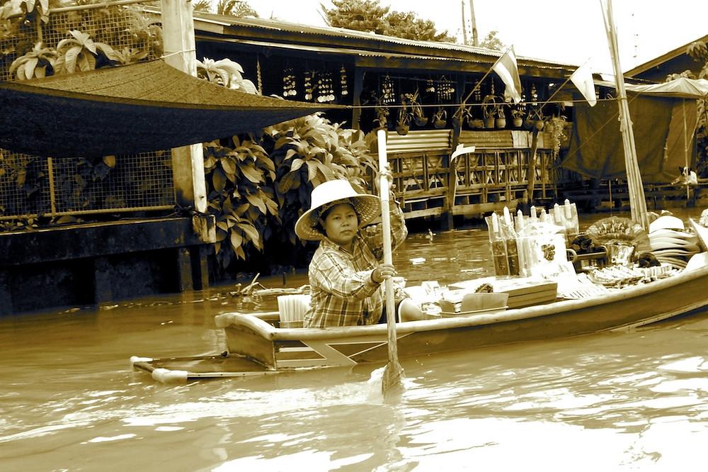 Vendeur ambulant sur le marché flottant de Damnoen Saduak