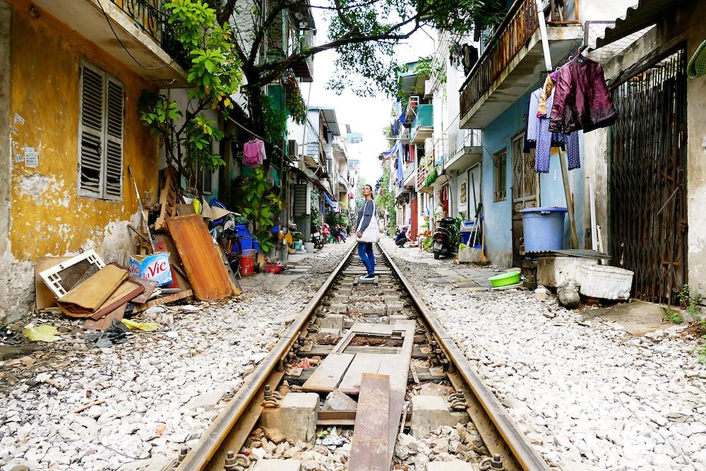 le train au milieu des maisons à Hanoï