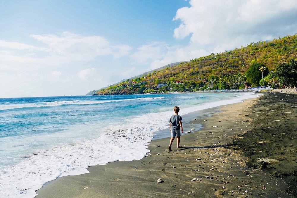 Plage de sable noir d'Amed à Bali