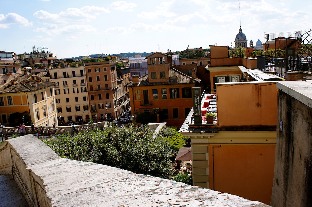 En haut des escaliers de la Piazza di Spagna à Rome