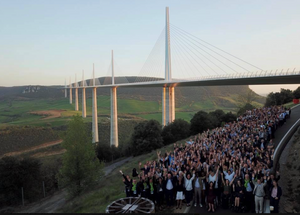 Les 250 blogeurs sous le Viaduc de Millau
