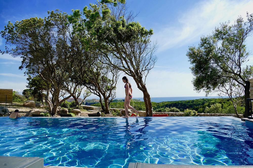 Piscine de l'hôtel Cala Di Greco en Corse