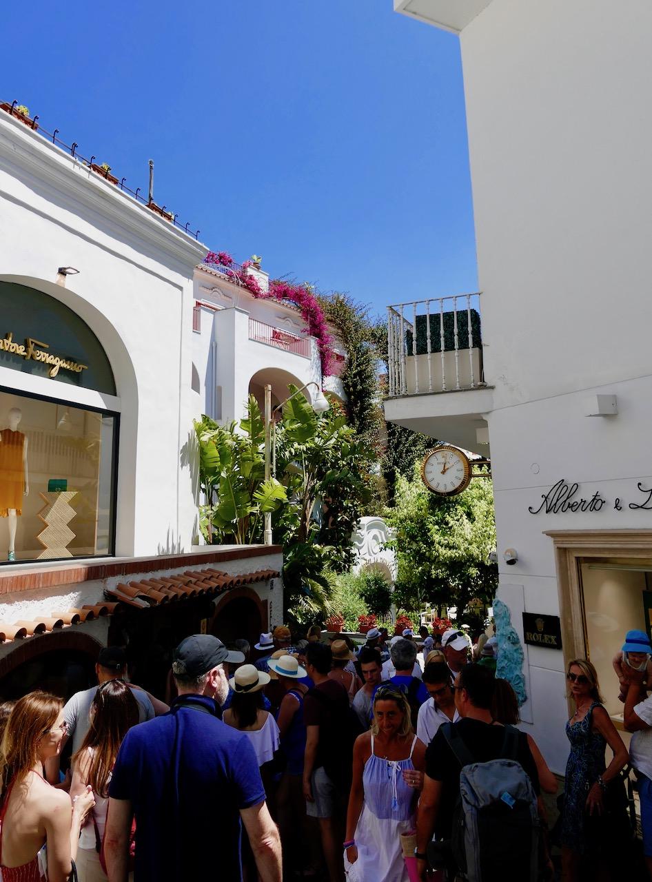 Les ruelles bondées de Capri