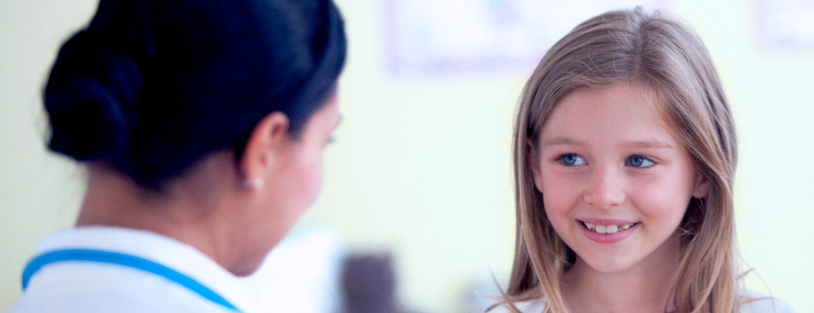 Muchacha que controla la enfermera