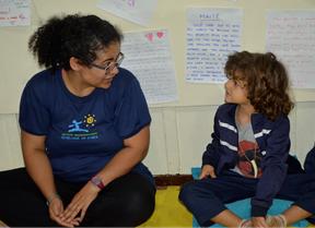 Professora conversando com aluno