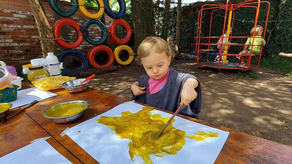 Criança pintando em papel