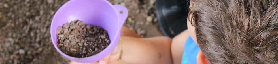 Criança Segurando um funil com pedras