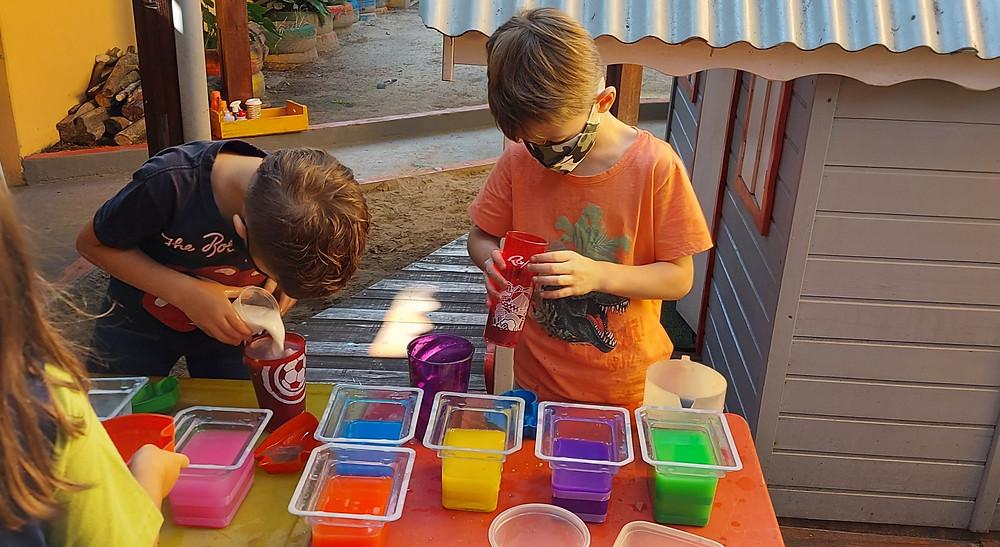 Crianças brincando com água colorida