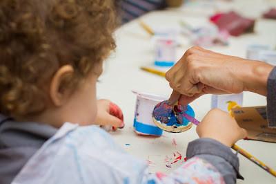 Criança pintando pião