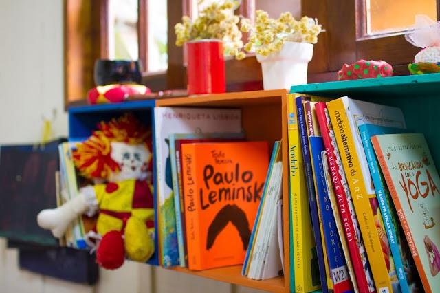 Livros na estante da biblioteca da escola
