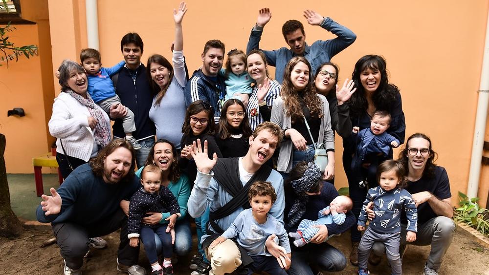 Adultos e crianças juntos para tirar foto