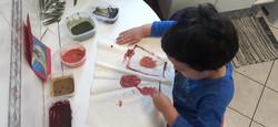 Criança pintando tecido