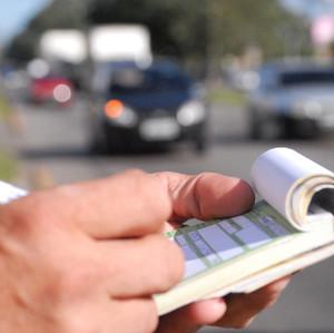 10 multas de trânsito mais incomuns e quanto elas custam