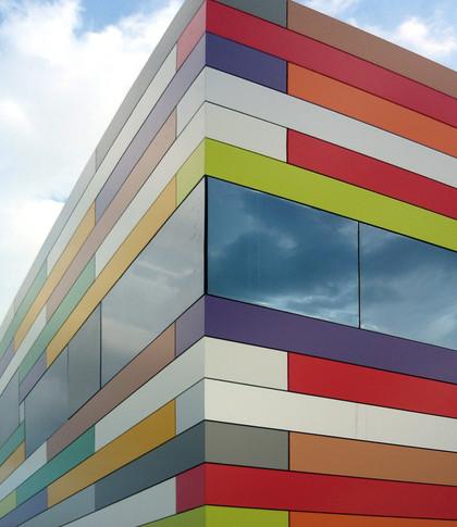 Edifício com diversas cores de ACM