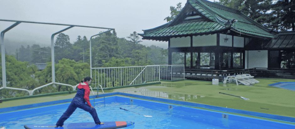 """日光金谷ホテルの屋外プール""""竜宮""""でのプールSUPヨガの準備を進めています。"""