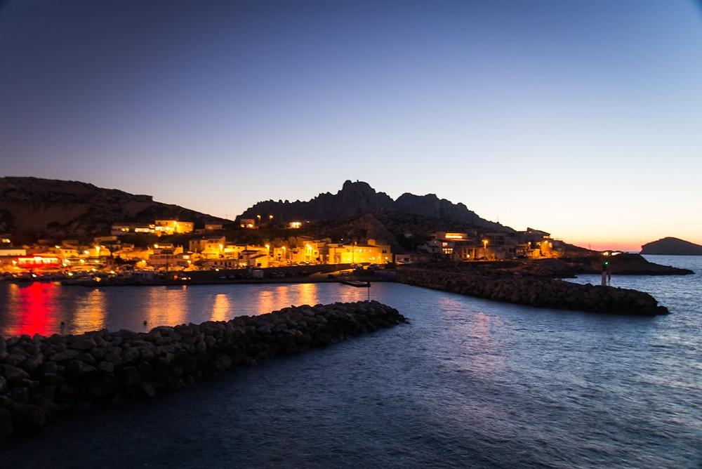 Marseille escalade :le soleil couché ,le village des goudes s'illumine