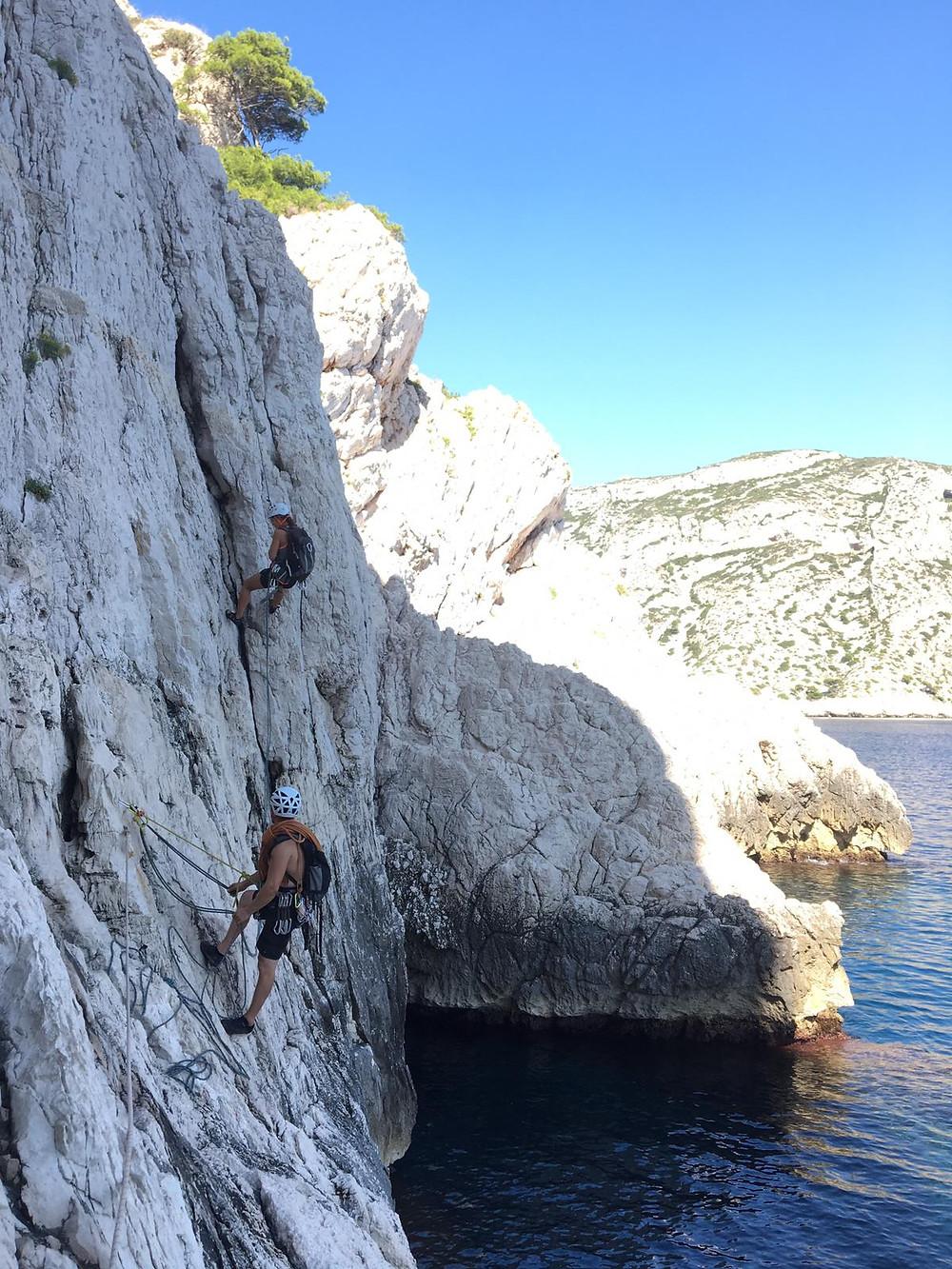 Grimper à Marseille : Sormiou, rappel au bord de la mer