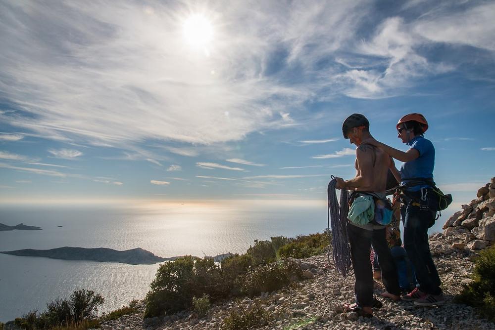 Marseille escalade un couple en haut d'une grande voie aux Goudes