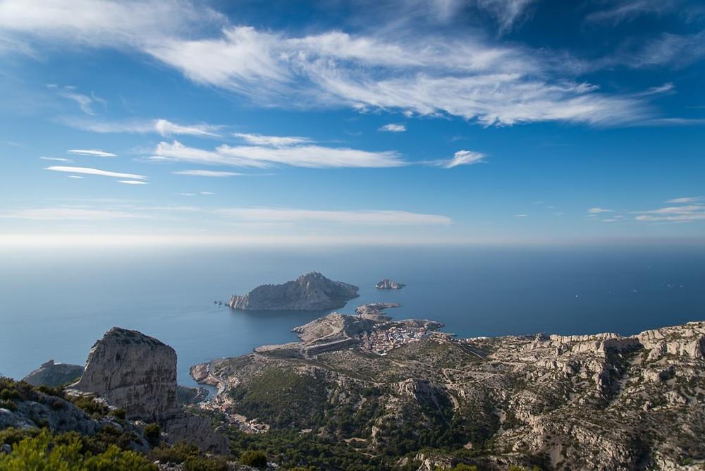 Marseille escalade : la vue sur la mer et sur le village de Callelongue depuis le sommet des voies d'escalade aux goudes
