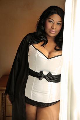 curves and melanin boudoir photography de