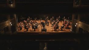 Un boato di applausi accolgono la FORM e il ritorno della musica dal vivo