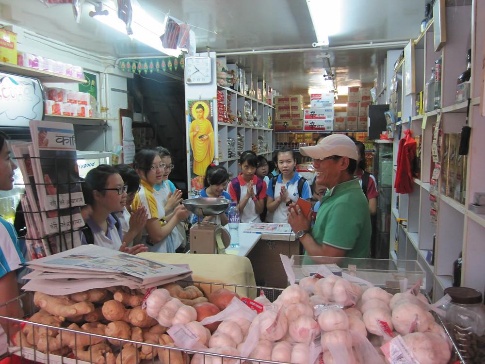 尼泊爾人很多都非常好客,尼泊爾士多店主正用尼泊爾的打招呼方式與參觀的同學交流