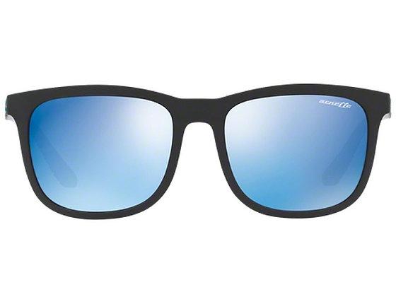 משקפי שמש מבית המותג ארנט בעיצוב קלאסי הכולל מסגרת פלסטיק שחורה עם עדשת מראה בגווני כחול