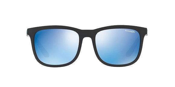 משקפי שמש מבית המותג, ארנט בעיצוב קלאסי הכולל מסגרת פלסטיק שחורה עם עדשת מראה בגווני כחול.