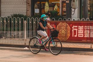 En Chine : les revers de la prise de conscience des dangers de la pollution extérieure.