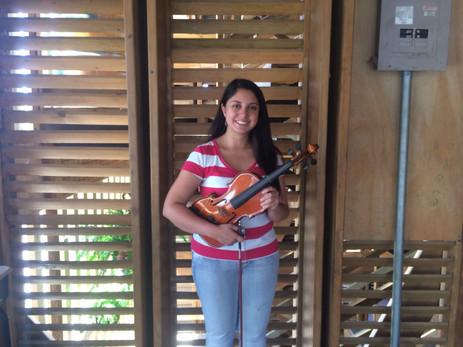 Una clase de violín en Cueva de Luz con la profesora Rebeca Sánchez