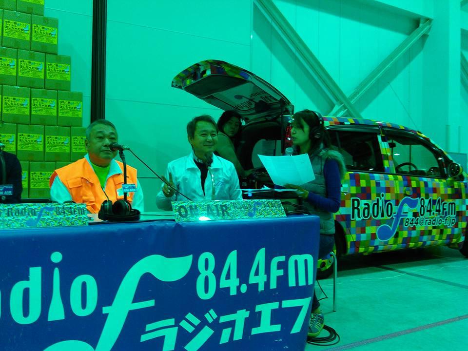 ラジオエフに出演する佐藤理事。