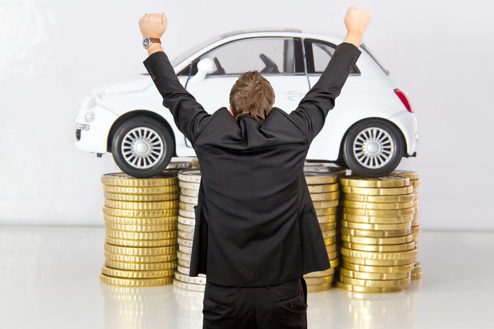 Geld Auto Mann arme oben.jpg