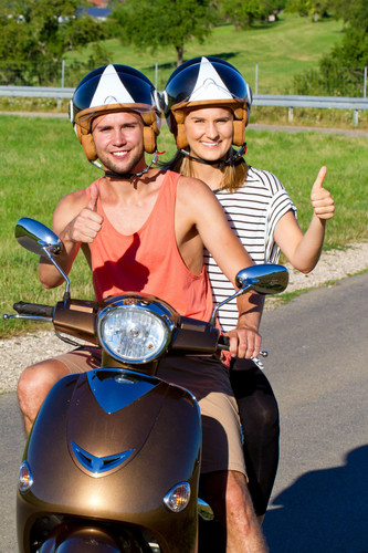 Maike Steffen Motorroller Daumen hoche.j