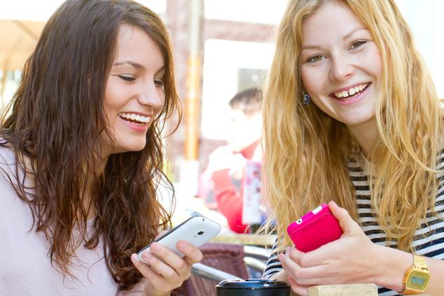 Sophie Ana Telefon Tisch 2.jpg
