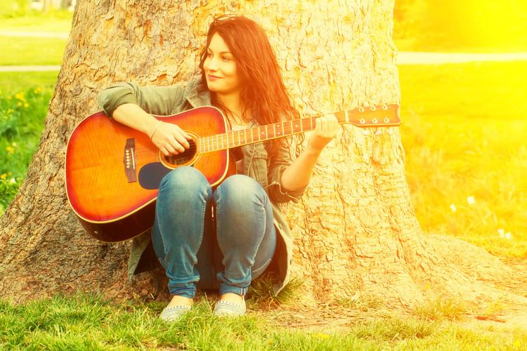 Sophie Gitarre sun.jpg