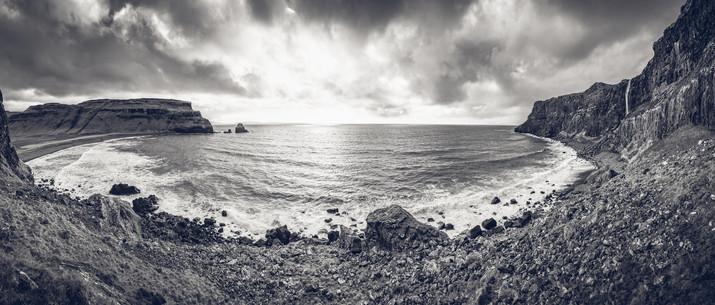 Between Rocks and Sea