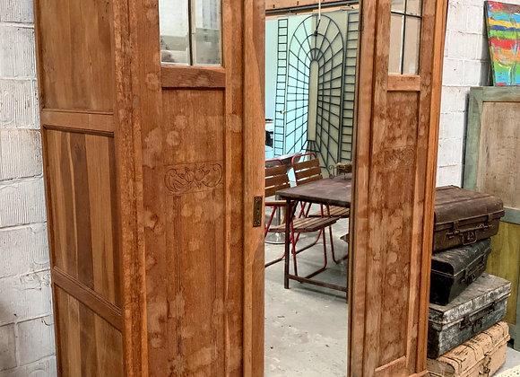 Authentieke houten garderobekast met spiegel