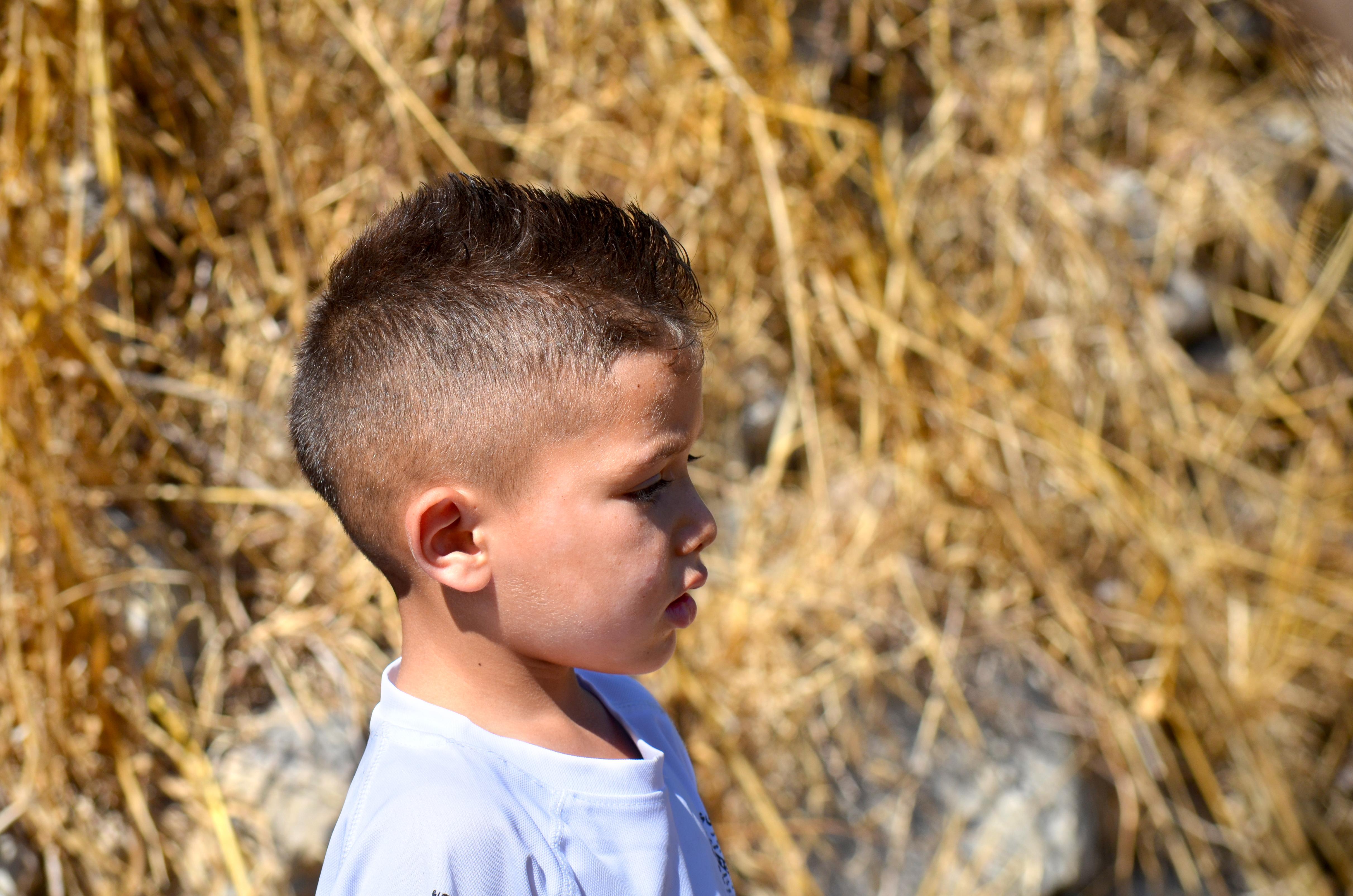 Hermano de Rim mirando al horizonte