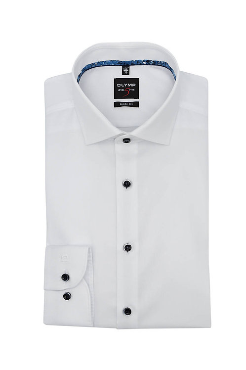 Рубашка Olymp Level Five белая с особым отливом на контрастных пуговицах.